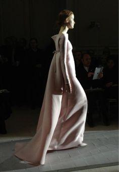 """Robe """"Le lys dans la vallée"""" de shantung rose trémière, au défilé #Valentino #HauteCouture"""