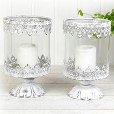 Två vackra ljushållare på fot i vitmålad metall som slipats för fin effekt. Varje lykta har varsin glascylinder och är avsedda för blockljus. Candle Holders, Candles, Porta Velas, Candy, Candle Sticks, Candle Stand, Candle
