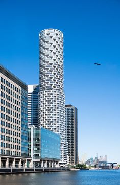 The building is topped with 25 floors of large apartments with curved external walls that are twisted to create external balconies. Amazing Architecture, Art And Architecture, Wooden Skyscraper, Parking Building, New District, Round Building, Loft Interior Design, Pent House, Outdoor Areas