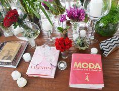 Decoração mesa de centro. livros, flores e velas