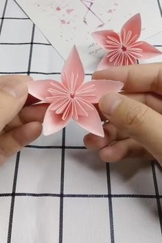 Cool Paper Crafts, Paper Flowers Craft, Paper Crafts Origami, Flower Crafts, Origami Flower Bouquet, Diy Crafts Hacks, Diy Crafts For Gifts, Diy Crafts Videos, Creative Crafts