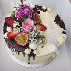 Keväinen kukkasin koristeltu kakku juhlapöytään. . . . #täytekakku #moussekakku #mangosuklaa #kevät #syntymäpäiväkakku #kakku #flowercake #marenki Berries, Mango, Baking, Cake, Desserts, Instagram, Food, Manga, Tailgate Desserts
