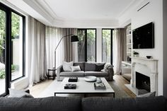 Australian House & Garden has selected the best interior design inspiration in Australia. Discover here their best room decor ideas! Style At Home, Home Living Room, Living Room Decor, Style Loft, Room Interior Design, Design Room, Australian Homes, Floor To Ceiling Windows, Living Room Inspiration