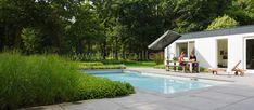 Zwembad in landelijke bostuin met terras van Schellevis tegels. Tuinontwerp tuinaanleg Eindhoven Helmond