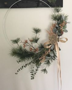 The start of my modern wreath love ❤️ . : The start of my modern wreath love ❤️ The start of my modern wreath love ❤️ Deco Noel Nature, Couronne Diy, Modern Floral Design, Modern Wreath, Holiday Crafts, Holiday Decor, Xmas Wreaths, Diy Weihnachten, Diy Wreath