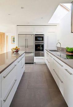 Cucina bianca moderna con pavimenti in parquet laminato colore scuro ...