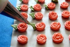 Cutest little swirl roses ever. Use a 65 leaf tip, and a 14 or 16 star tip with very stiff royal icing. Great little video. Cutest little swirl roses ever. Use a 65 leaf tip, and a 14 or 16 star tip with very stiff royal icing. Great little video. Cake Decorating Techniques, Cake Decorating Tutorials, Cookie Decorating, Decorating Cakes, Frosting Flowers, Royal Icing Flowers, Buttercream Roses, Fondant Flowers, Cake Icing
