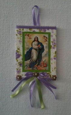 Estandarte de Santo Antonio, com pau de canela e decorado com cianinha, passa fita, fitas e flôres.