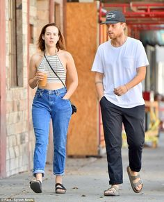 Lovebirds: Jena Malone and boyfriend Ethan DeLorenzo had a relaxed breakfast date at vegan. Funny Dating Quotes, Dating Memes, Christian Marriage Quotes, John Hodgman, London Friend, Jena Malone, Dating In London, Comedy Festival, Date Outfit Summer