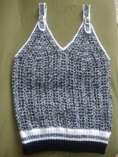Camiseta de crochê com alças reguláveis