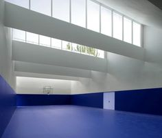 White and blue atmosphere. Gym Architecture, Industrial Architecture, Architecture Details, Designers Guild, Parvis, Light Study, Southern House Plans, Architectural Section, Space Interiors