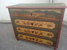Stará malovaná skříň komoda