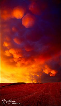 ♂ Rising or setting sun mixed with Mammatus clouds? this the result: an explosive red-orange sky. All Nature, Amazing Nature, Science Nature, Beautiful Sunset, Beautiful World, Tornados, Thunderstorms, Orange Sky, Awesome