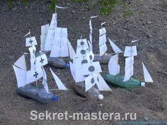 Zeilschepen knutselen: Petflessen met een laagje zand met papieren zeilen