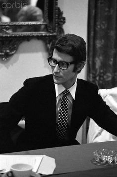 * Yves Saint Laurent at press conference le 26 octobre 1965 Photo Guy Delort