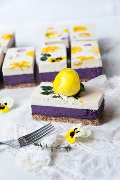 Blueberry Lemon Cheesecake (raw, vegan & grain-free) - My Vegan Recipes Lemon Cheesecake Recipes, Raw Cheesecake, Blueberry Cheesecake, Raw Vegan Desserts, Raw Vegan Recipes, Raw Dessert Recipes, Health Desserts, Vegan Bar, Sweets Cake