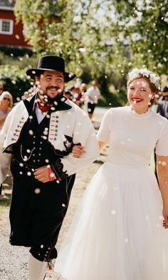 Planlegg for en mottakelse med konfetti på bryllupsdagen!  Les hvorfor og hvordan her! Bloggposten er skrevet av en bryllupsfotograf med flere års erfaring som vet hva som fungerer godt og hvordan dere får de beste bildene med konfetti på bryllupsdagen deres! Dere, Victorian, Dresses, Fashion, Confetti, Gowns, Moda, La Mode, Dress