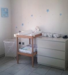 """Résultat de recherche d'images pour """"ikea hack malm table a langer. Ikea Hack Malm, Baby Changing Tables, Baby Closet Organization, Baby Room Design, Baby Planning, Baby Cribs, Nursery Room, Kids Room, Furniture"""