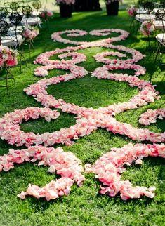 Trauung im Freien, Blumenblätter als Muster. Free wedding in the park, we help you planning your special day: www.hotel-sophiepark.de