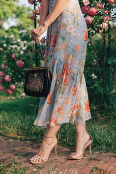 Tapestry purse on: www. Vintage Dresses, Nice Dresses, Parisian Chic, Korea Fashion, Fashion Outfits, Womens Fashion, Ruffle Dress, Frocks, Steve Madden