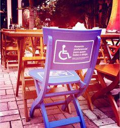 Cadeiras diferentes foram dispostas na cervejaria Ô Fio, em São Paulo, em prol do consumo consciente.