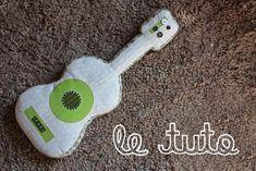 Coussin guitare tutoriel http://www.pourmesjolismomes.com/2010/07/tuto-guitare-en-tissu.html