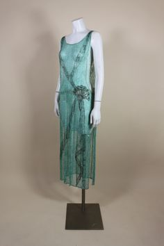 Vintage and Designer Evening Dresses and Gowns - For Sale at Fashion 60s, Roaring 20s Fashion, 1920s Fashion Women, Vintage Fashion 1950s, Timeless Fashion, Roaring Twenties, Edwardian Fashion, Gothic Fashion, Vintage Flapper Dress