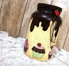 Pote de vidro reciclado decorado artesanalmente com decoupage de cupcakes e técnicas de pintura.  Ideal para armazenar biscoitos e guloseimas e deixar a cozinha mais organizada.