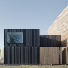 House in Leiden, Netherlands by Pasel.Kuenzel. Cool facade in anthracite zinc.