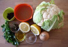 Zutaten für zwei Portionen  250 ml Gemüsebrühe400 g Karfiol3-4 EL Zitronensaft1 EL Olivenöl1 kleine ZwiebelMuskat1/2 TL Bio-Zitronenschale2 TL Rosinen2 TL Kapern2 EL PetersilieSalz, Pfeffer