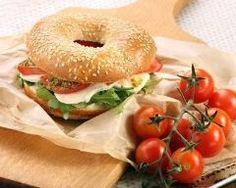 Bagel à l'italienne au pesto : http://www.cuisineaz.com/recettes/bagel-au-saumon-fume-et-mozzarella-80974.aspx
