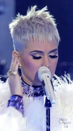 Katy Perry One Love Manchester Funky Short Hair, Very Short Hair, Short Pixie, Short Hair Cuts, Pixie Cuts, Pixie Styles, Short Styles, Pelo Pixie, Corte Y Color