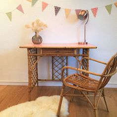 Lovely retro desk rattan 60s. We love the lightness of its rounded design, its base in rattan cross, the beautiful finishes strapping, the