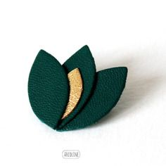 Leather lotus flower brooch in Forrest Green with a gold leaf Handmade Leather Jewelry, Diy Leather Earrings, Handmade Jewelry Designs, Diy Earrings, Leather Craft, Earrings Handmade, Crea Cuir, Feather Jewelry, Bijoux Diy