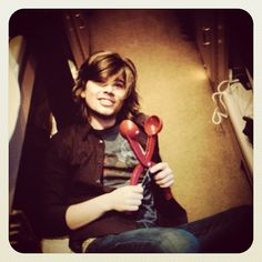 Ok. Who can tell me what Zac is holding?? -T #hanson www.hanson.net