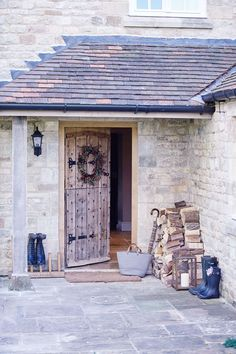 Lieset Kemink has lovingly renovated a Cotswold farmhouse into a family home that beautifully reconciles country period features with modern living Chalet Extension, Cottage Extension, Cottage Interiors, Cottage Homes, Cottage Style, Cotswold Cottage Interior, Cottage Porch, Farmhouse Front Porches, Country Farmhouse Decor