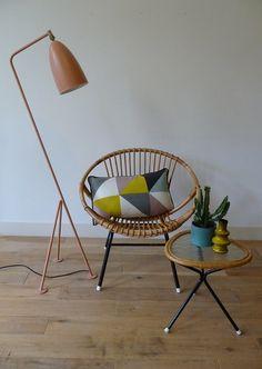 50's rattan chair and small coffee table. Rotan stoel en salontafeltje, in de jaren '50 geproduceerd door Rohé Noordwolde. Materiaal stoel: rotan zitting en zwart ijzeren frame. Materiaal tafeltje: glasplaat van kathedraal glas in rotan omlijsting op zwart ijzeren frame. Op een plek van de stoel laat het rotan los (zie foto). Verder in prima vintage conditie. Afmetingen stoel: h 68 x b 65 x d 55 cm. Zithoogte: 35 cm. Afmetingen salontafeltje: h 37 x b 36 cm. Prijs:€ 110,-
