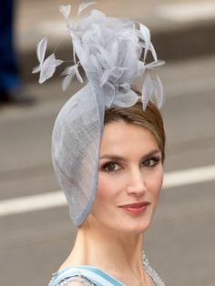 Original y elegante tocado de plumas de la princesa Letizia
