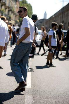 2017-09-14のファッションスナップ。着用アイテム・キーワードはサングラス, デニム, ブーツ, 白Tシャツ, Tシャツ,etc. 理想の着こなし・コーディネートがきっとここに。| No:227118
