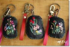 야생화자수 열쇠고리 2탄~~~ 처음에 만든 열쇠고리보시고 이웃님들 자꾸 문의 주셔서 다른 스타일로 만들어...