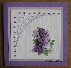 Een kaart met kralen en draad En in de paarse kleur.
