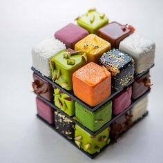 Voici le Rubik's Cake, une impressionnante pâtisserie géométrique imaginée par le talentueux chef français Cedric Grolet ! Cette appétissante création e