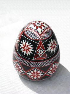 Feirinha do Largo Curitiba * Pêssanka - Писанка - Pysanky Carved Eggs, Easter Egg Designs, Ukrainian Easter Eggs, Egg And I, Egg Art, Ancient Symbols, Egg Decorating, Egg Shells, Diy And Crafts
