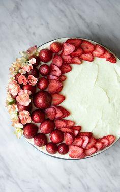 Dziś przepis idealny na lato czyli najłatwiejszy sernik na zimno! Przepis bazowy ma tylko 2 składniki, ale spokojnie możecie z nim eksperymentować. Będzie pyszny jako ciasto bez spodu, sernik na biszkoptach czy deser w pucharkach. Smak sernika zależy od użytej galaretki. Food Photography Styling, Food Styling, Raspberry, Strawberry, Fruit Tart, Food Inspiration, Acai Bowl, Delish, Clean Eating