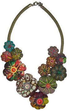 Laissons nous embarquer dans un univers d'accessoires faits de pagne wax, de perles, et d'autres matières aux couleurs chatoyantes: c'est l'univers de Toubab Paris. Toubab Paris est l'oeuvre de Maud Villaret, une jeune occidentale à l'âme généreuse, bercée dans le ventre de sa mère en Afrique de l'Ouest. Maud est diplômée en design textile et ...
