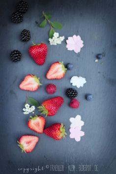 Heute gibt es was Süßes und was Gebasteltes! Beim Einkaufen letzte Woche bin ich über die verschiedensten Beeren gestol...