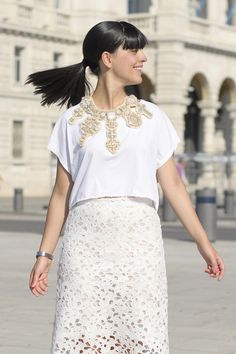 white lace skirt white tshirt nude shoes necklace swarovsky