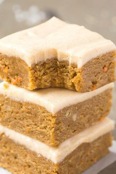 Healthy no bake carrot cake breakfast bars- thick, chewy, fudgy and ready i High Protein Desserts, Vegan Desserts, Paleo Dessert, Dessert Recipes, Vegan Sweets, Healthy Sweets, Carrot Cake Bars, Baked Carrots, Breakfast Bars