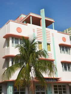 Art Deco Art deco comes from a variety of influences: Ancient Egypt, Hollywood and the tropical pastels of Miami Beach. Typical art deco structures have flat roofs, smooth stucco walls with rounded corners and bold exterior decorations. Miami Art Deco, Style At Home, What Is Art Deco, Stucco Walls, Art Deco Home, Mediterranean Home Decor, Art Deco Design, Form Design, Types Of Houses