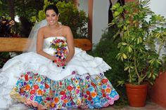 White outside and embroided petticoat under. Peruvian Bouquet with Indigenous pom-poms. Traditional Wedding Attire, Traditional Dresses, Wedding Party Dresses, Bridal Dresses, Wedding Cakes, Peru Wedding, Mexican Themed Weddings, Fiesta Outfit, Wedding Dress Patterns